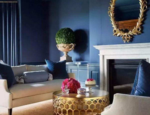 modern living room Modern Living Room With Navy Blue Walls capa 600x460